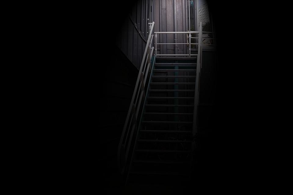 階段 光 輝きます 暗い 夜