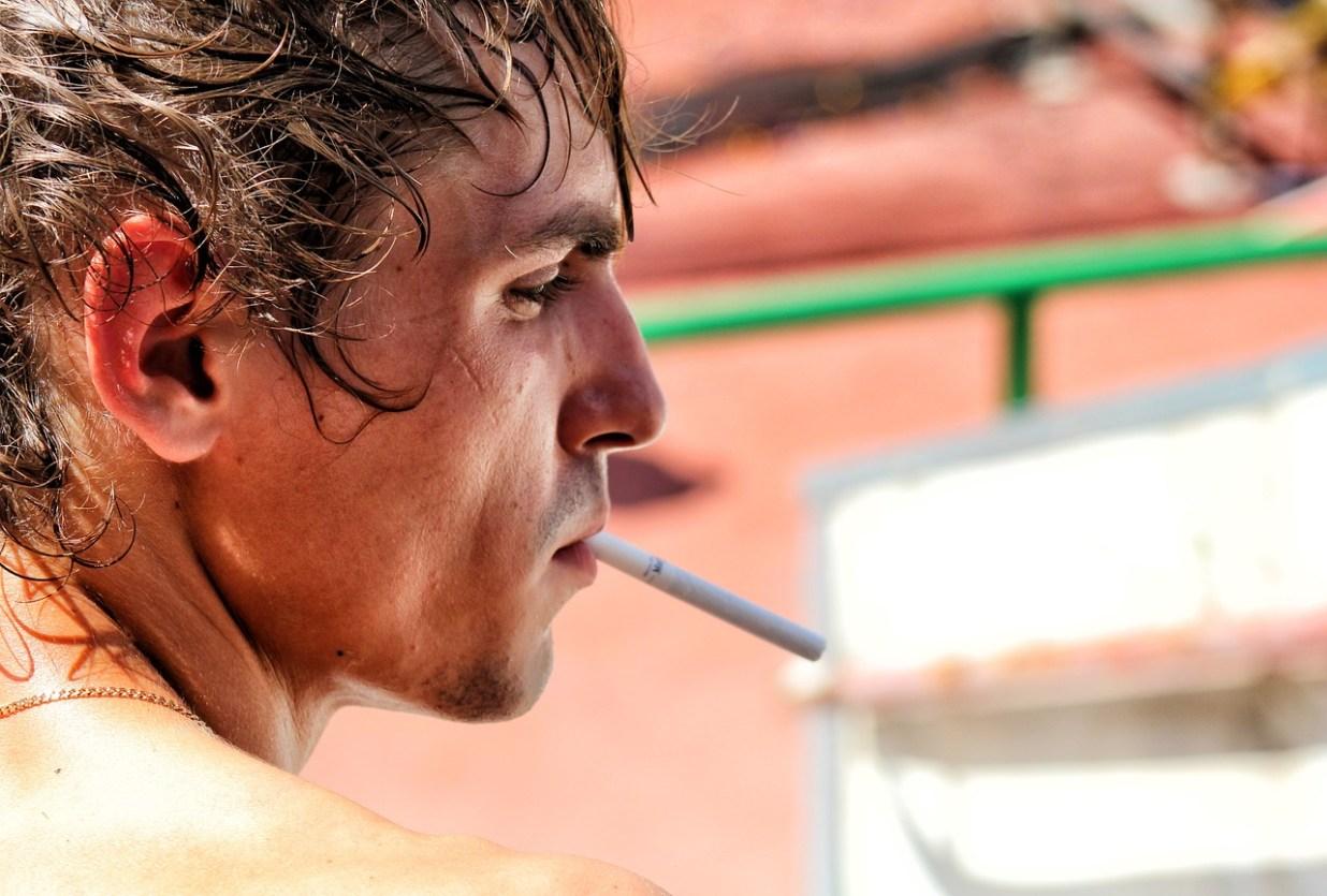 たばこ 男 人 喫煙