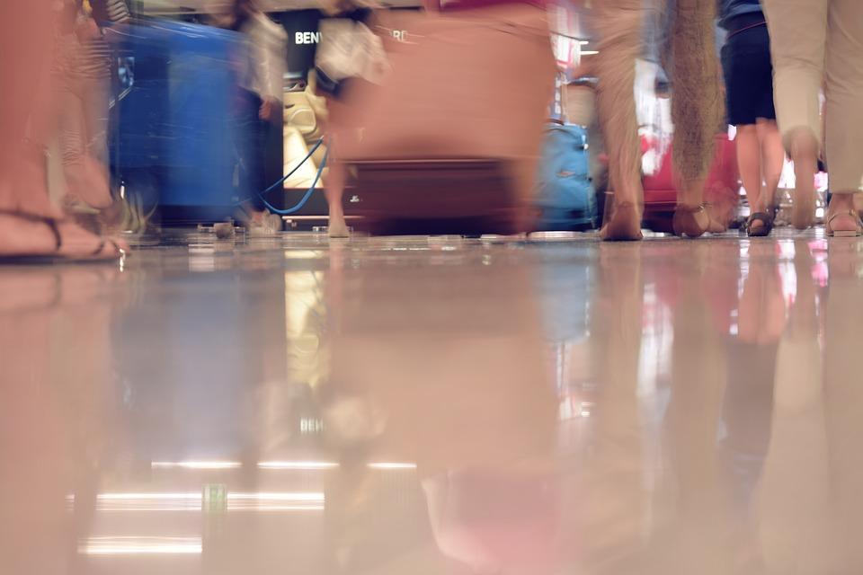 空港 旅行 スーツケース 運動 フライト 休日 袋を運ぶ 途切れ途切れ 人 出張群衆 群衆