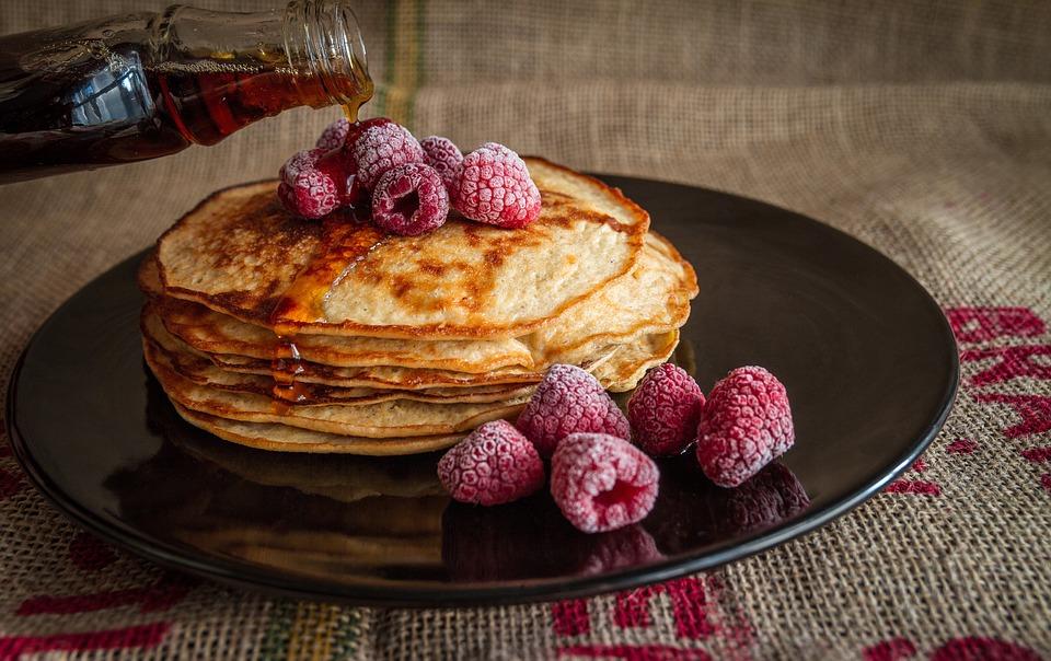 パンケーキ カエデ シロップ 甘い 食品 朝食 ラズベリー デザート おいしい 新鮮な