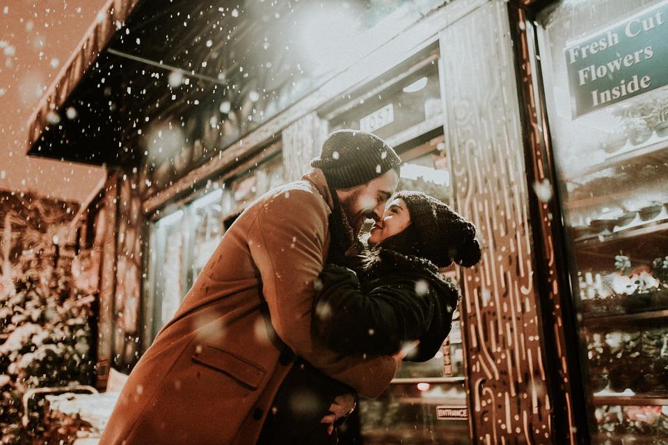人 男 女性 冷 天気予報 カップル キス 愛 抱擁 雪