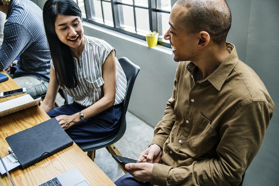 アクション アメリカ アジア ブレーンストーミング ビジネス 白人 陽気です コラボレーション