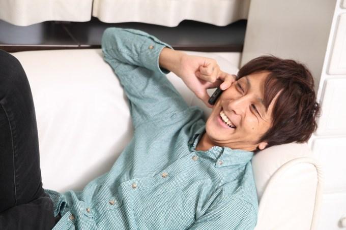 電話をしながら笑う日本人男性