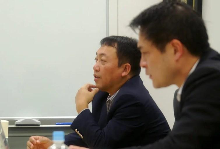 打ち合わせに臨む藤澤信義社長
