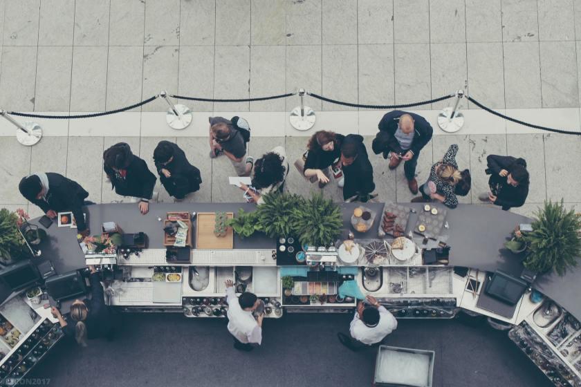 personnes à un bar café