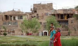 A Uyghur family walks through the old section of Kashgar, Xinjiang Uyghur Autonomous Region on May 30, 2014. Photo: Cui Meng/GT.