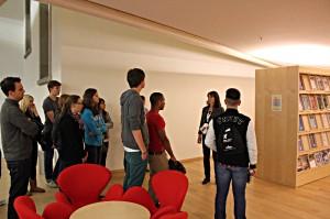 Eine Gruppe hört sich den Vortrag einer Referentin an. Es wird gesprochen.