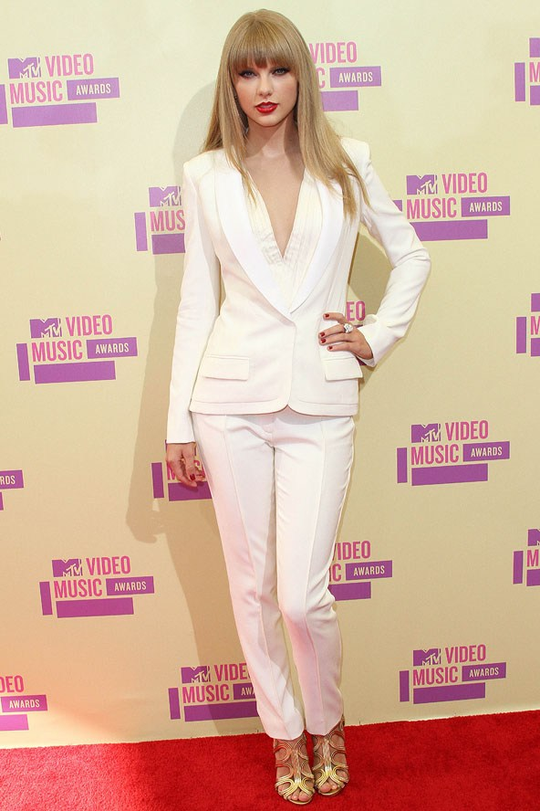 Miss Taylor Swift white on white outfit