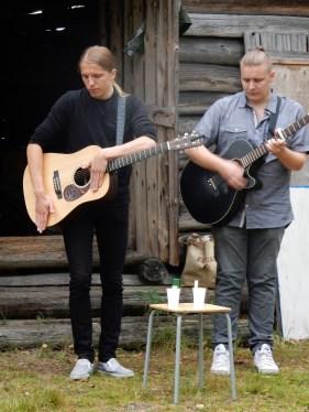 Acoustic Duo Big Bang of Jyskä viihdytti soitollaan ja laulullaan