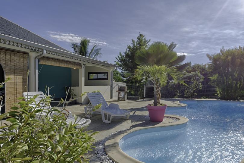 location villa spacieuse villa moderne avec piscine et jardin arbore