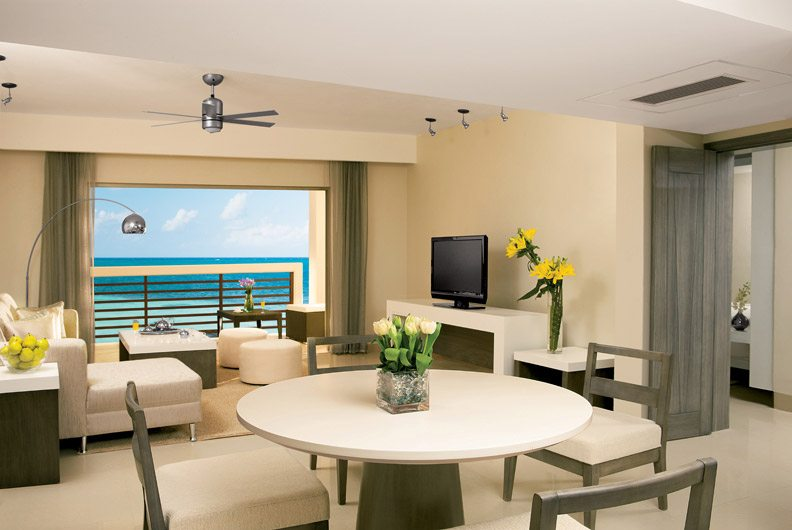 Spacious living room of the Master Suite complete with a 32″ satellite TV, sofa bed and table for four.
