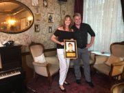 Marcel Kroll übergibt den Ehrenpreis an Marion Mewis