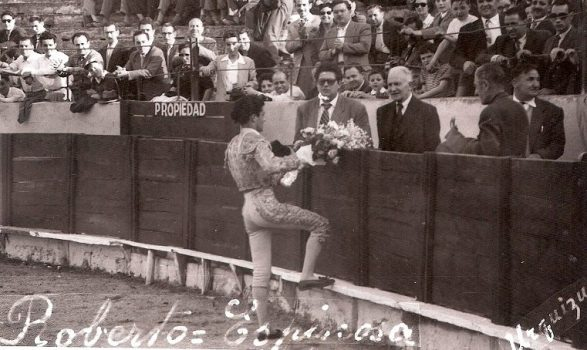 Roberto Espinosa saludando a los empresarios Gelart