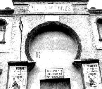 Entrada principal de la plaza de Figueres