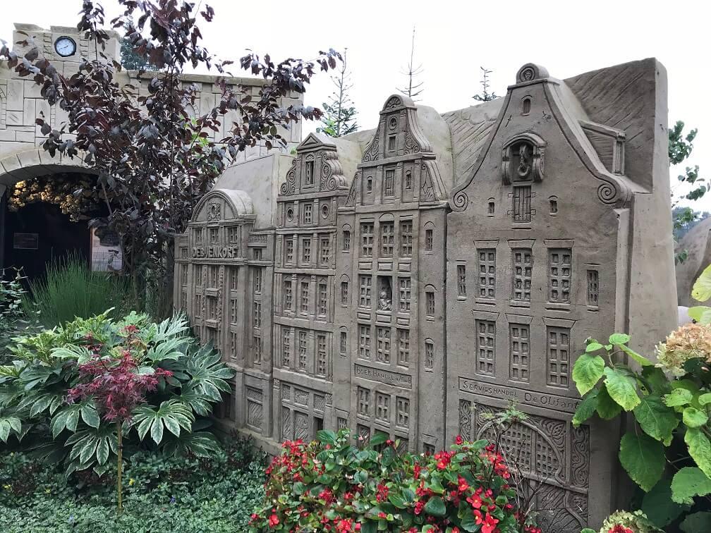 Amsterdamse huizen van zand bij het zandsculpturenfestijn in Garderen