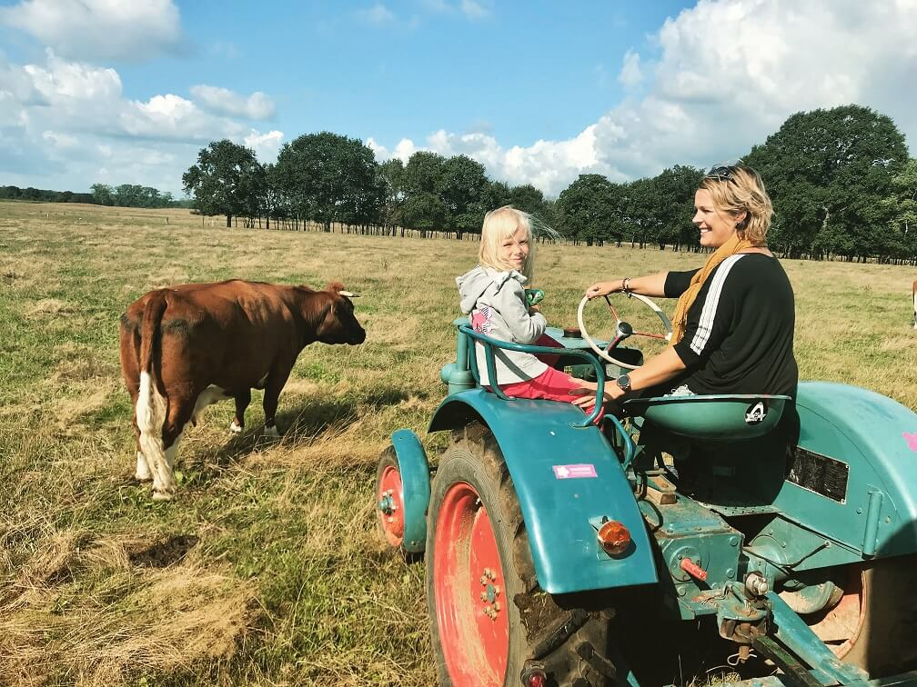 Koesafari in het vechtdal, Simone op de tractor