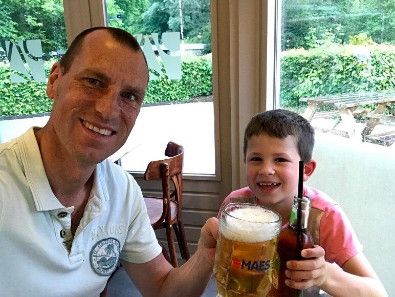 Vader en zoon proosten in de Belgische Ardennen