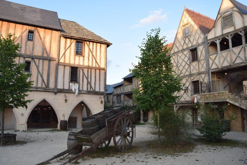 De binnenplaats van Citadelle, een van de themahotels van Puy du Fou