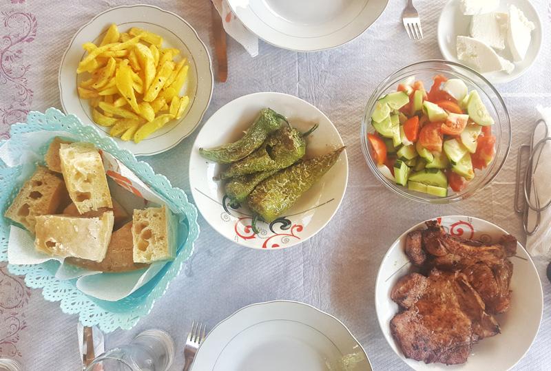 Vacanze in Albania, cucina albanese, tavola imbandita