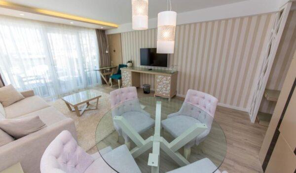 Hotel a Saranda, Demi