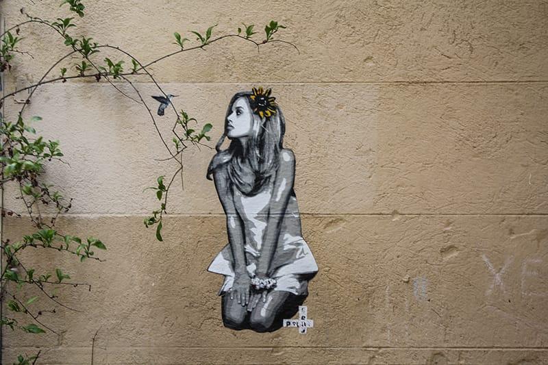 Street art femme panier Marseille