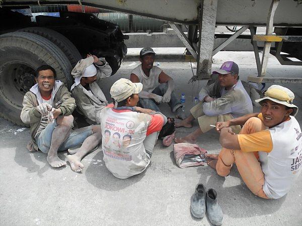 Indonesian dock worker (2)