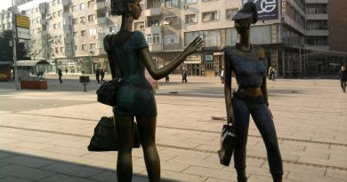 statues of shoppers in Macedonia - Skopje
