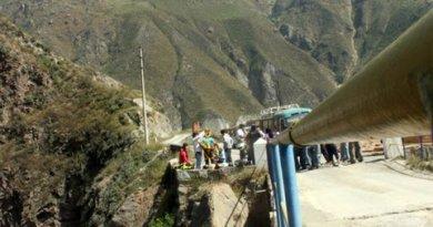 Peruvian bridge jumpers