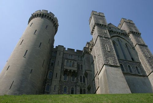 Arundel Castle, Arundel, West Sussex - seat of the Dukes of Norfolk By Ilya Schurov (Flickr) [CC-BY-SA-2.0 (http://creativecommons.org/licenses/by-sa/2.0)], via Wikimedia Commons