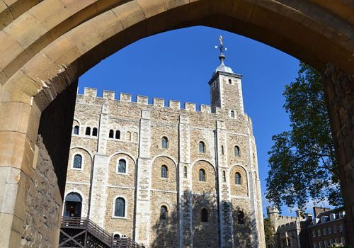 The White Tower at the heart of the Tower of London fortress complex By Matthias v.d. Elbe (Own work) [CC-BY-SA-3.0 (http://creativecommons.org/licenses/by-sa/3.0) or GFDL (http://www.gnu.org/copyleft/fdl.html)], via Wikimedia Commons