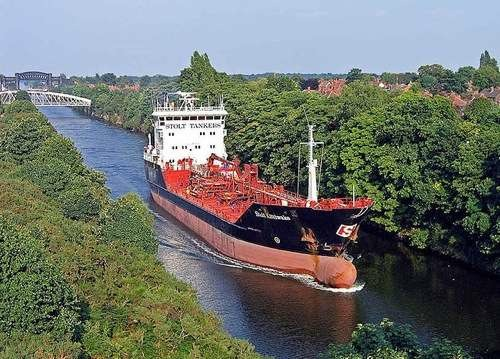 Stolt Kittiwake between Knutsford road swing bridge & the cantilever bridge, Warrington on the way outward from Carrington 21.06.05 By John Eyres [CC-BY-2.0 (http://creativecommons.org/licenses/by/2.0)], via Wikimedia Commons
