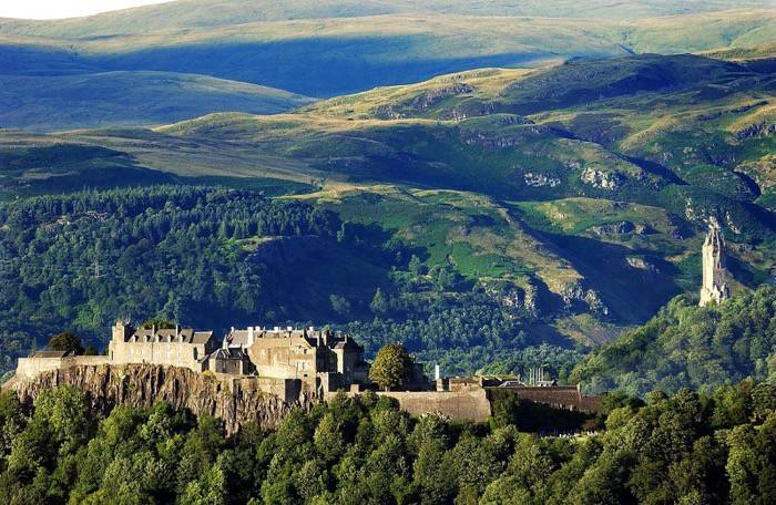 Stirling Castle with the foothills of the Scottish Highlands in the background By RFARKAS (Own work) [CC BY-SA 3.0 (http://creativecommons.org/licenses/by-sa/3.0)], via Wikimedia Commons