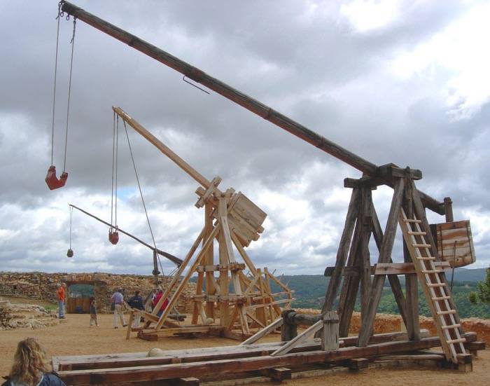 Trebuchet in Castelnaud, France by Luc Viatour / www.Lucnix.be
