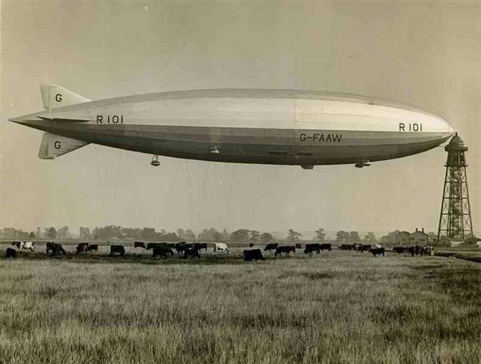 Airship R101 at mooring mast (1929)