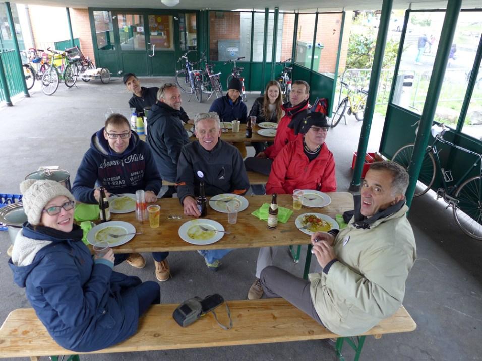 Die Helferinnen und Helfer stärken sich bei dem von Karl zubereiteten Mittagessen.