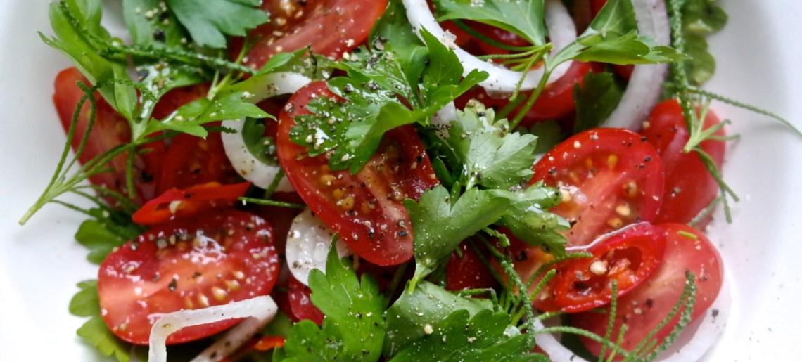 Supersimppeli salaatti tomaatista ja lehtipersiljasta