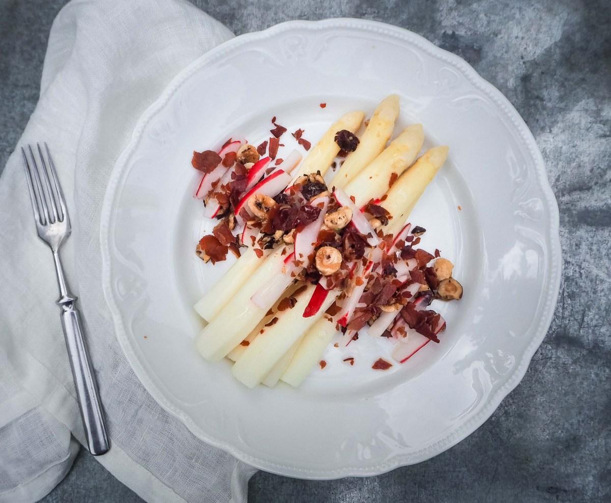 Valkoinen parsa ja kaapin kootut lisukkeet