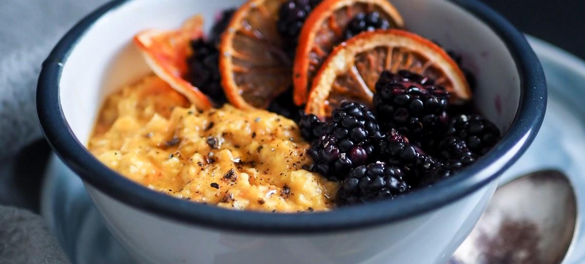 Porkkanapuuro karhunvatukoilla ja veriappelsiinilla