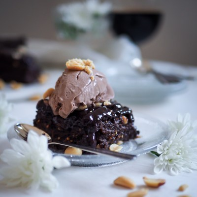 Stout snickers brownie (vegaaninen)