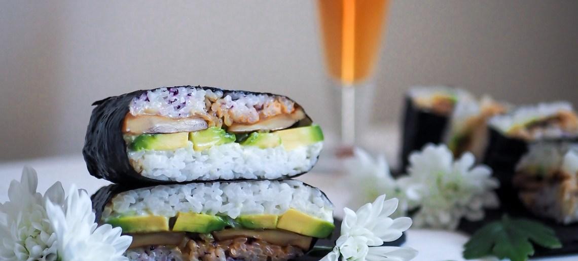 Vegaaninen onigirazu sienillä, avocadolla ja tomaatilla