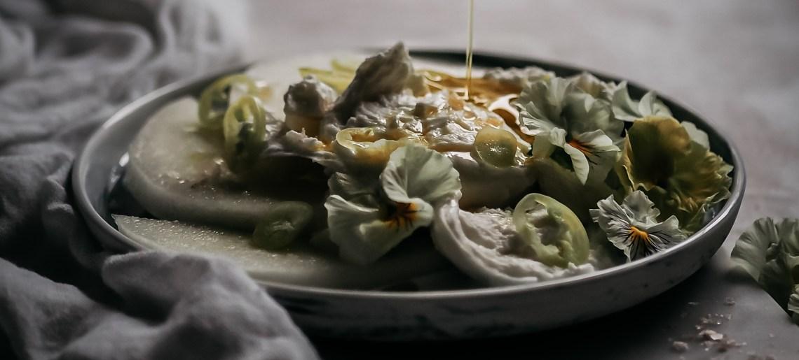 Mozzarella – melonisalaatti orvokilla, chilillä ja oliiviöljyllä