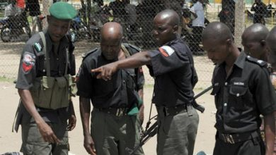 BUSTED!! Soldiers Beat Policemen Extorting Motorists, Cyclists On Aba Road (Watch Video)