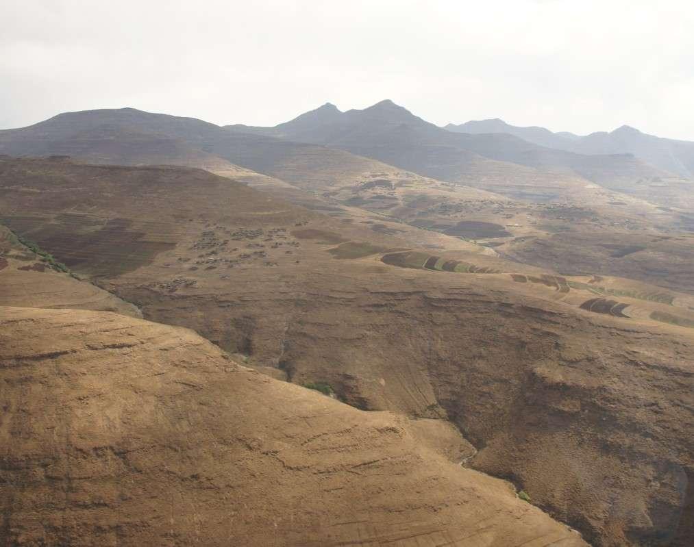 Některé vesnice se zdají být umístěny v nemožných lokalitách - žádné cesty - jen pár domů a spousta polí