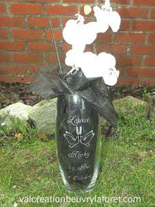 vase-bombé-gravure-50ans-anniversaire-mariage-décoration-papier-noir-orchidée-blanche
