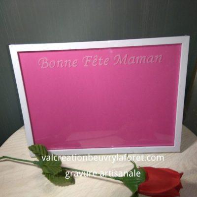 gravure-bonne-fete-maman-cadre-en-verre-fond-rose-pour-photo