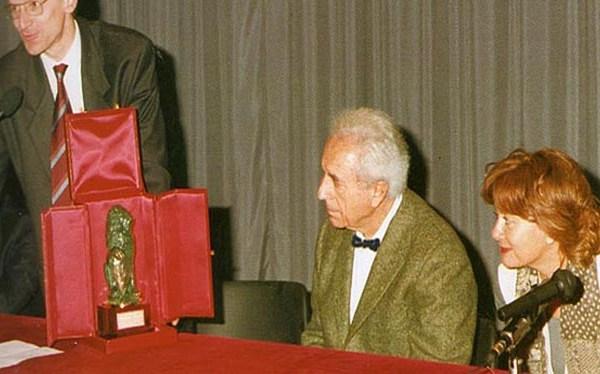 1995 – Il Sindaco Gennaro Lo Santo consegna a Michelangelo Antonioni il premio Marzocco alla Carriera