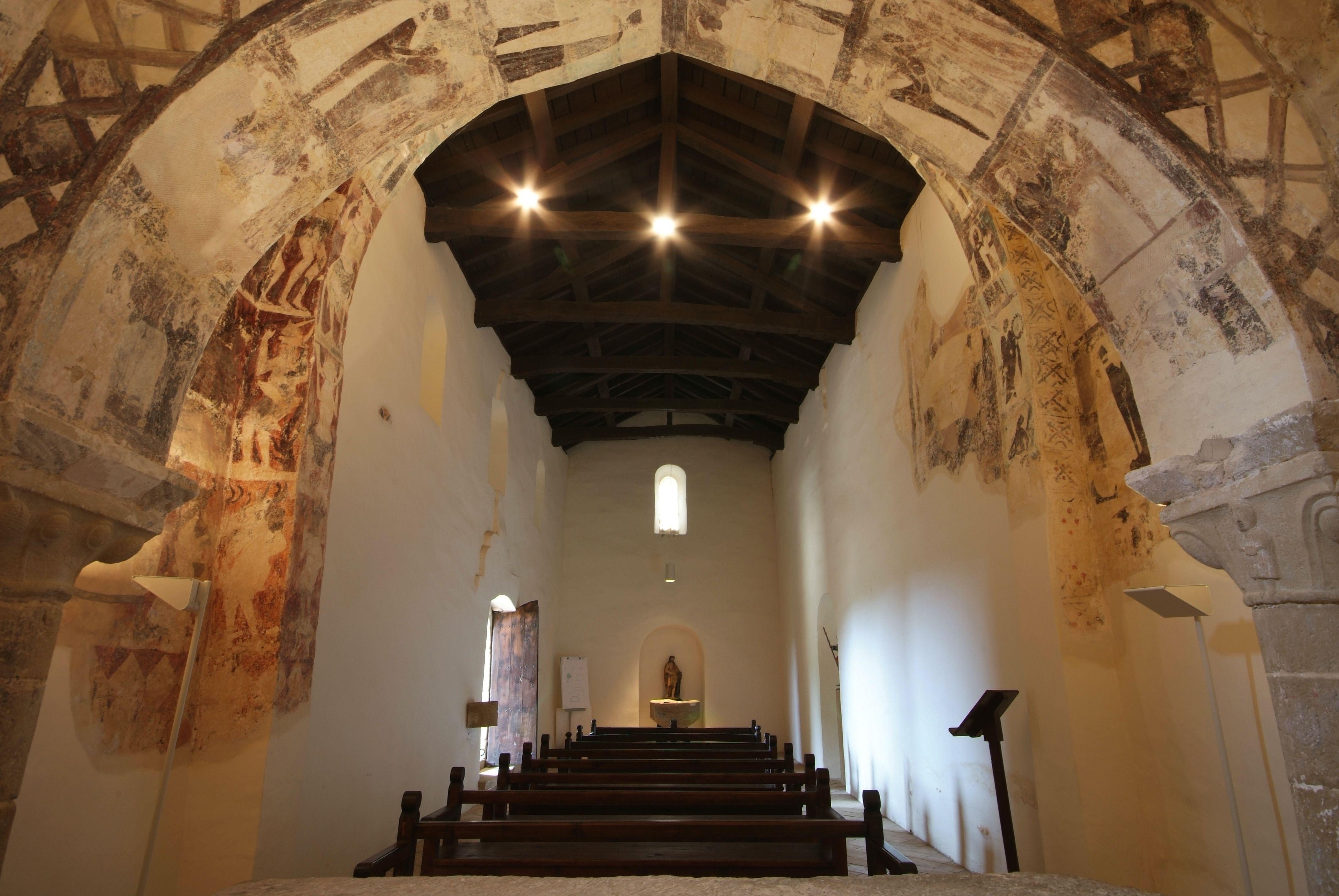 Imagen del interior de la iglesia pre-románica de Eristain con sus frescos