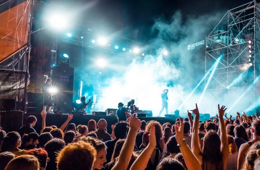 Hard Rock Café celebra su inauguración con música en directo en la plaza del Ayuntamiento este viernes