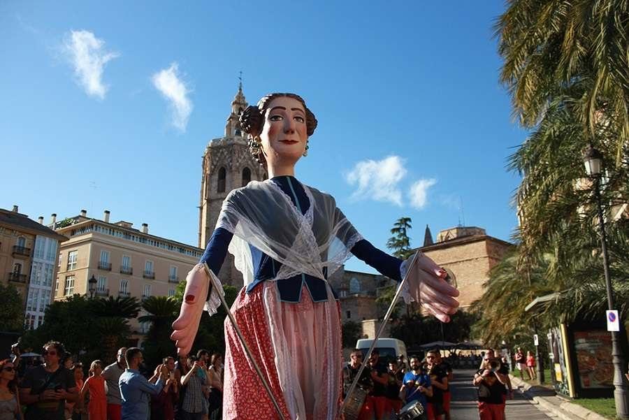 El desfile de Quiqueta, una traca corrida y el cine karaoke, inauguran la Gran Feria de Valencia