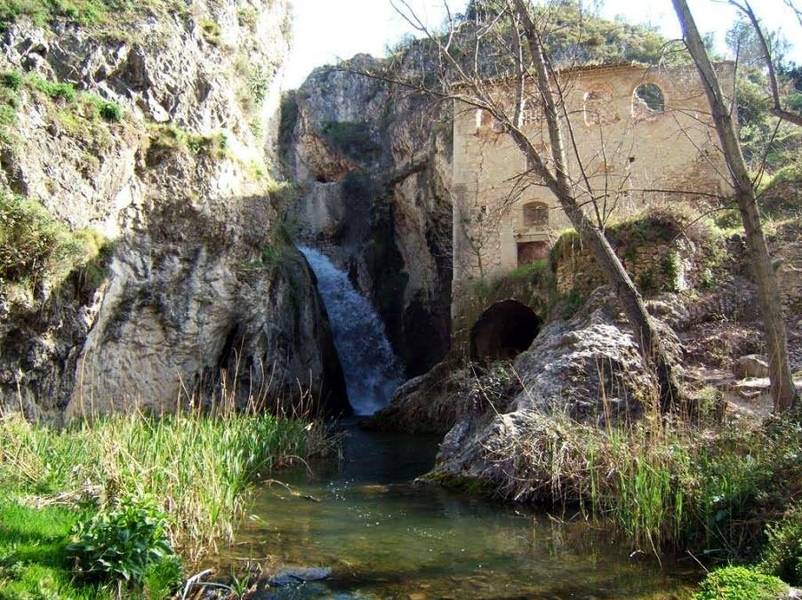 La Senda dels Molins de Benilloba, un recorrido que conduce a un viejo molino y una cascada